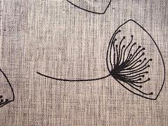 Květinový potisk černý na šedém mramoru 100% biobavlna